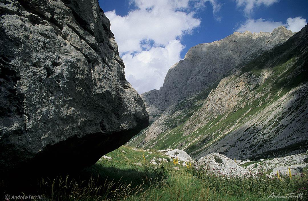 boulder in valle del rio arno gran sasso d italia abruzzo apennines italy