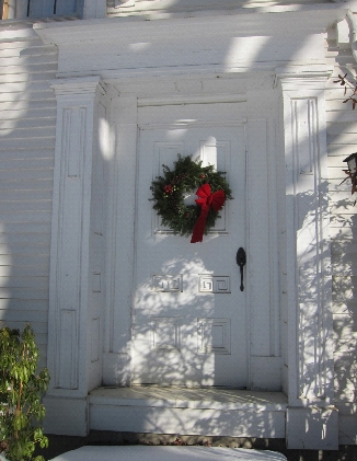 photo Christmas wreath remains on front door