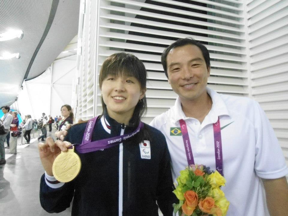 悲願の金メダルをとって笑顔の秋山選手(FBより)