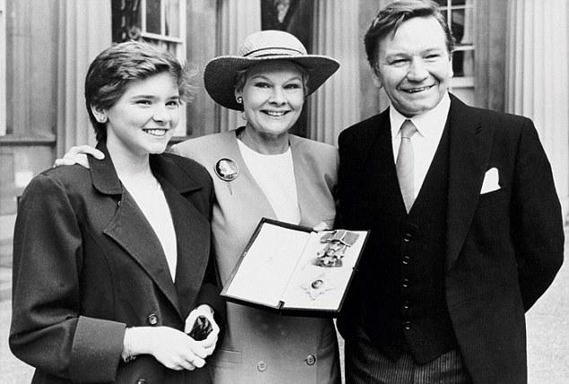 judi-dench-dbe-1988-with-family