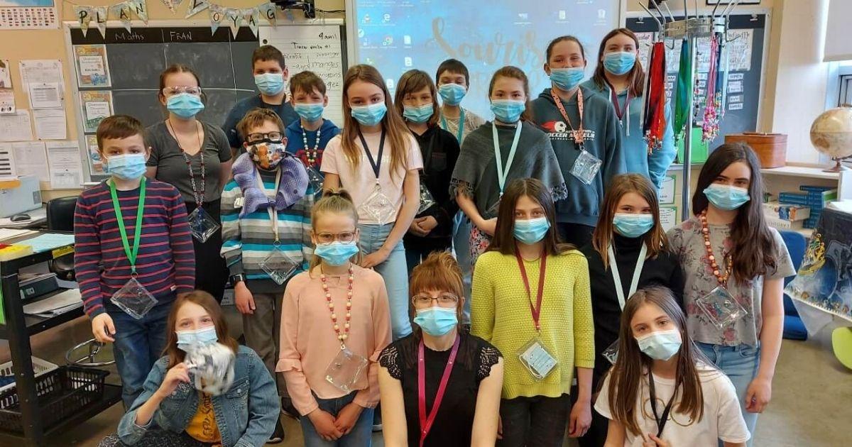 Des élèves de Girardville fabriquent des colliers porte-masques