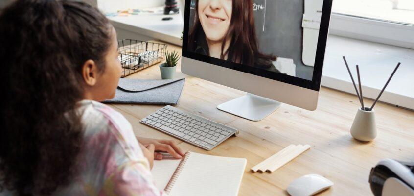 girlusing virtual learning