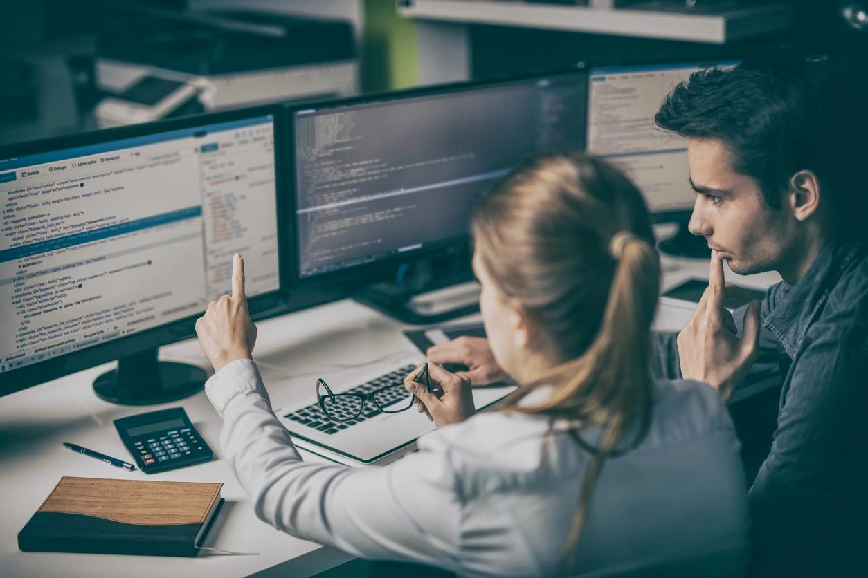 Man_women_working_on_computer
