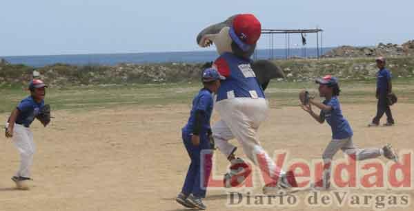 200 niños participan en el VI Campamento de Béisbol Menor