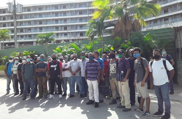 Constructora deja 500 trabajadores varados en obras del Meliá y Sheraton