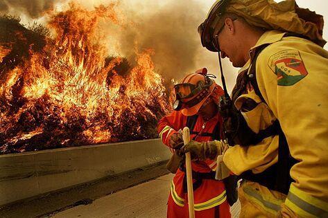 Seis fallecidos y 200 mil evacuados por incendios en California