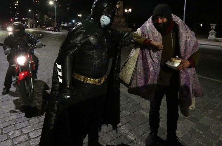 """""""Batman solidario"""" entrega comida a indigentes en Santiago"""
