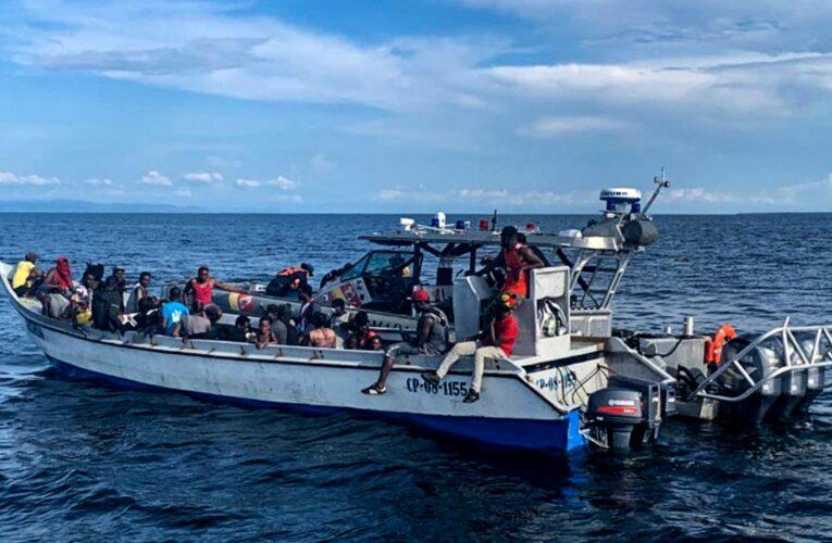 Rescatan a 94 haitianos varados en el mar