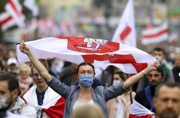 Bielorrusos protestan contra Lukashenko antes de la huelga nacional