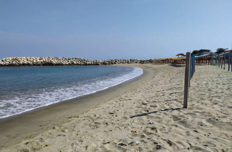 Desalojan a bañistas de Playa Los Cocos