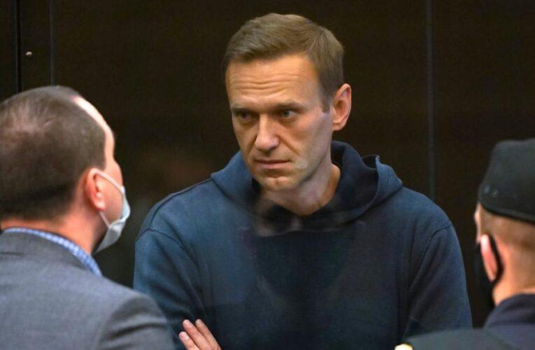 Condenan a opositor ruso Navalny a 2 años y medio de cárcel
