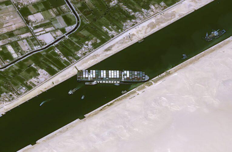 Barco encallado en el canal de Suez podría quedar libre la semana que viene