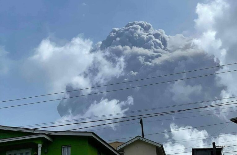 1 muerto y 16 mil evacuados por erupción de volcán en el Caribe