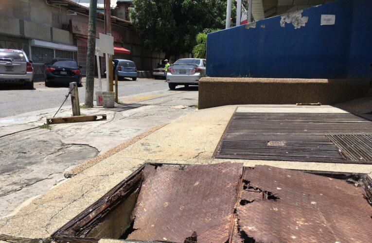 Alcantarilla deteriorada en Caribe pone en riesgo a transeúntes