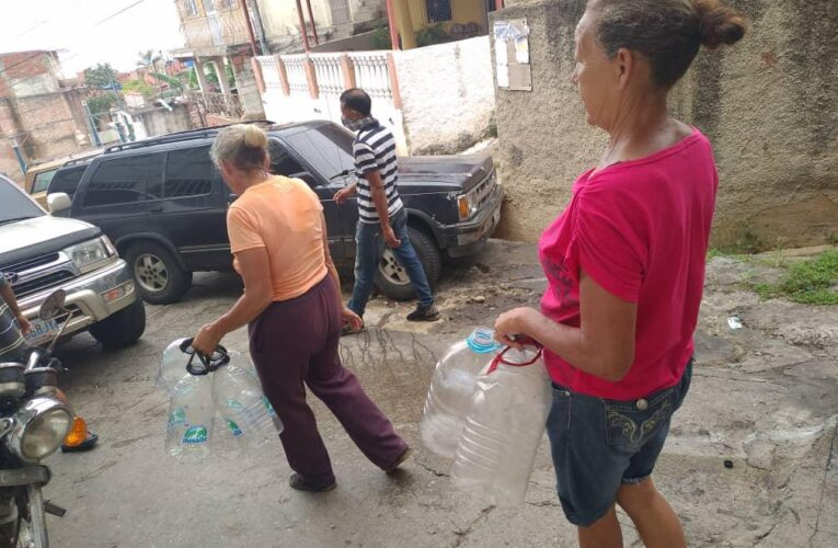 Adultos mayores obligados a cargar agua en Monterrey