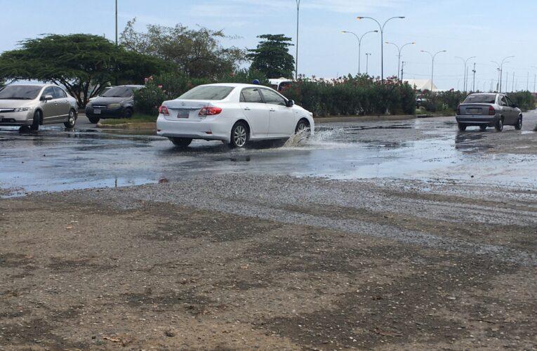 Exigen reparación de botes de aguas servidas en la avenida La Playa