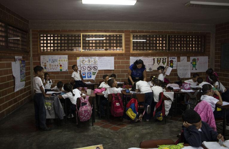 Maduro estudia retomar las clases presenciales el próximo año escolar