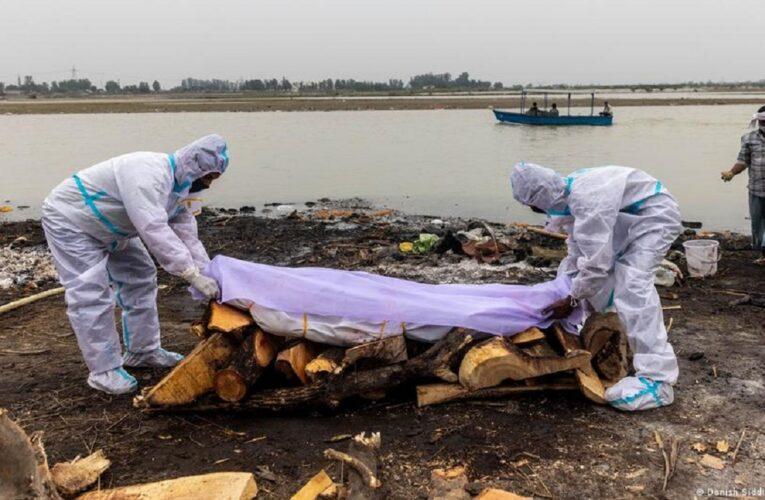 India: Muertos por covid rebosan las aguas del río Ganges