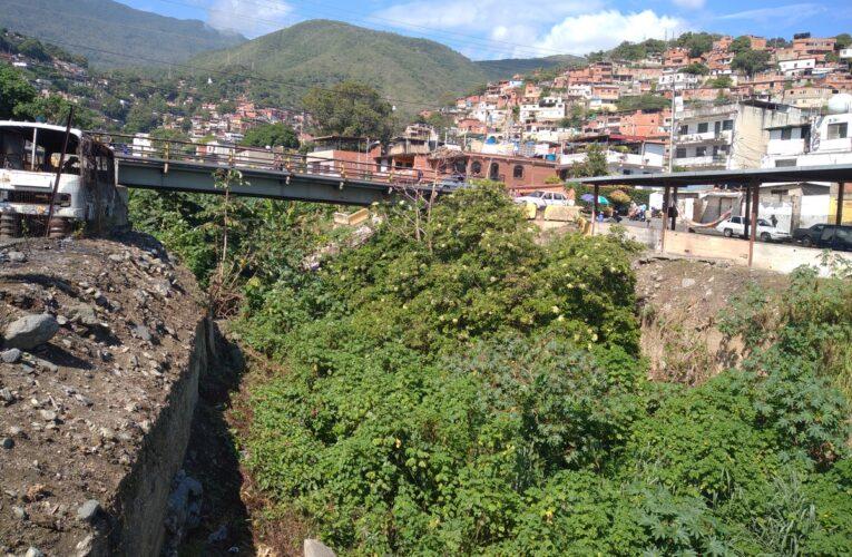 Repletas de basura quebradas de Maiquetía y Carlos Soublette