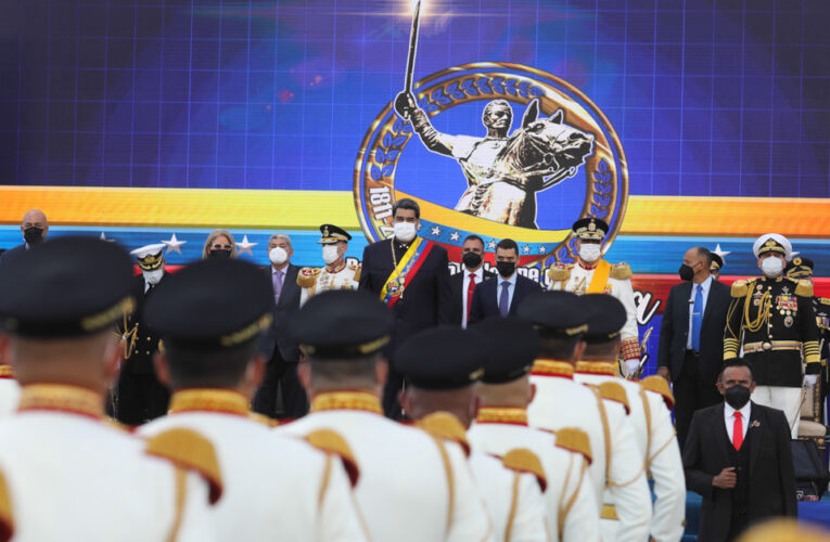 """Maduro pidió a los militares """"recuperar el Estado de bienestar socialista"""""""
