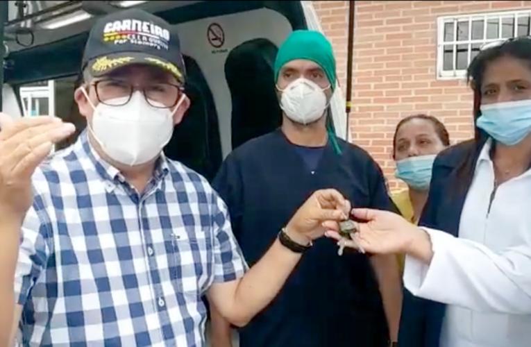 Gobernador entrega ambulancia en Carayaca