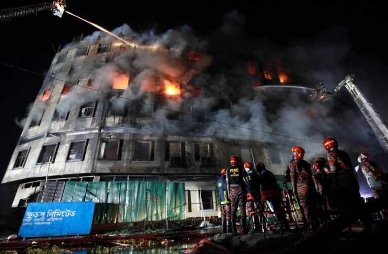 Incendio deja casi 50 muertos en una fábrica en Bangladesh