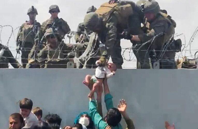 Bebé afgano ya se reunió con su padre