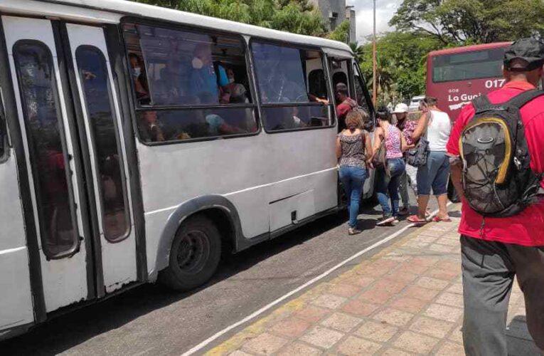 «Pocos buses están trabajando por la escasez de gasolina y el plantón»