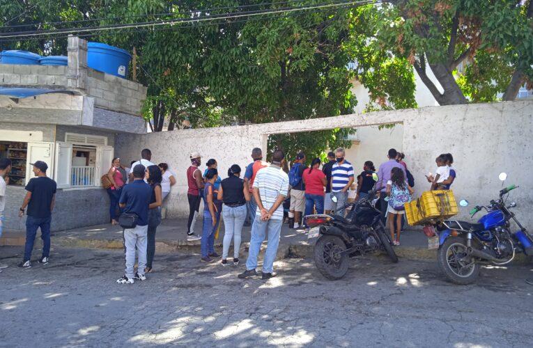 Familiares de pacientes del Seguro exigen una sala de espera digna