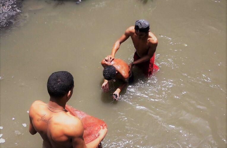 Se sumergen en el Guaire en busca del sustento