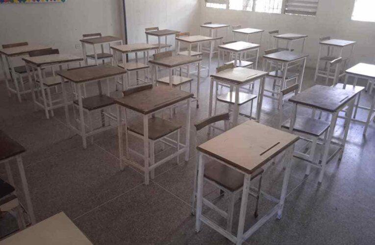 Reparan las mesas-sillas en el Evelia Avilán de Pimentel