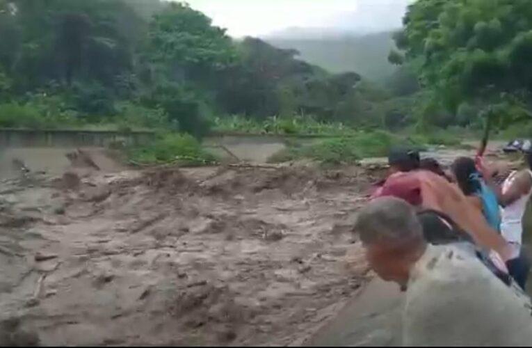 Lluvias causan crecida de los ríos en Naiguatá y Camurí Grande