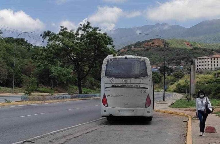 Menos de cinco buses para personal de Conviasa