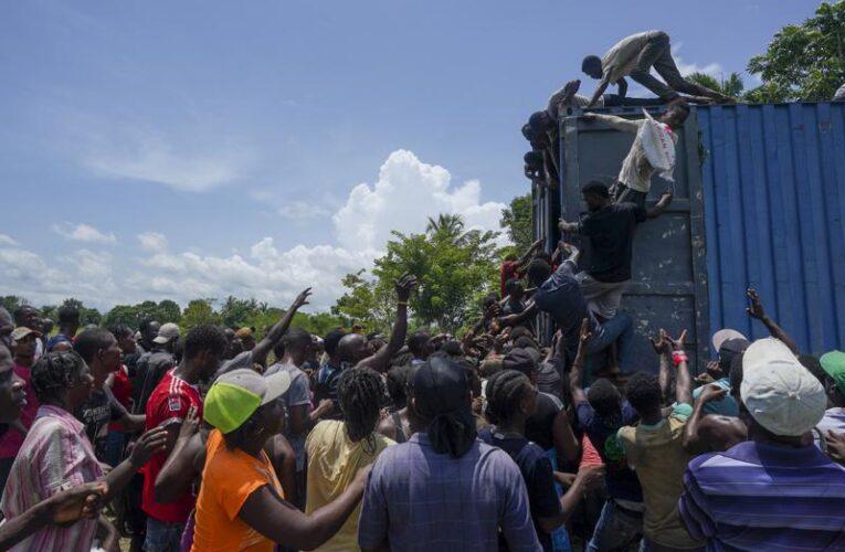 Haitianos saquean alimentos y suministros tras sismo