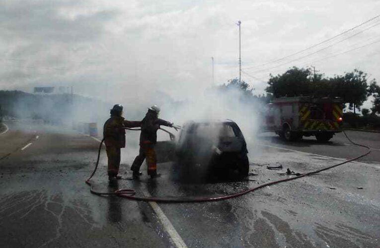 Ford Fiesta se incendió en la autopista