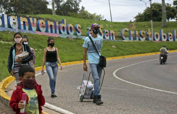 Cáritas: Más de 5 mil venezolanos al mes cruzan a pie la frontera en Táchira