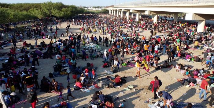8 mil migrantes acampan en Texas