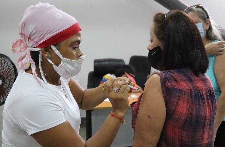 Vacunan al personal docente para la vuelta a clases en La Guaira
