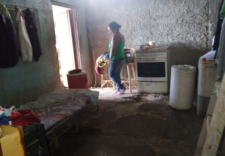 Yamileth Vargas pide ayuda porque su casa se está cayendo