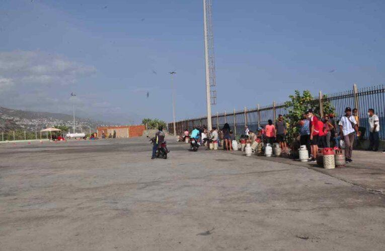 Varguenses pasan penurias para comprar gas