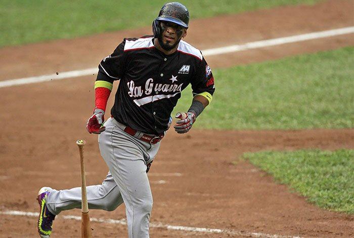 Danry Vásquez ajusta su swing