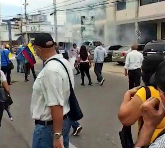 Colectivos lanzaron lacrimógenas a Rosales