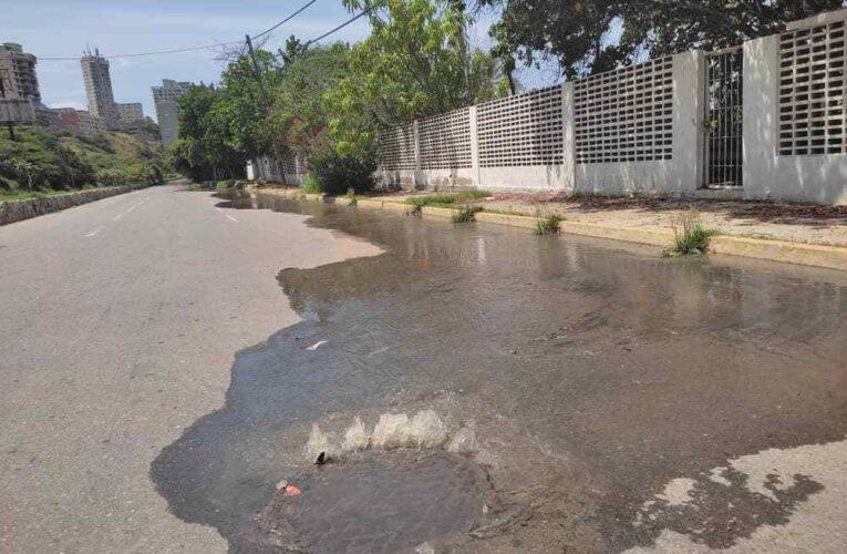Derrame de aguas servidas colapsan vía de Playa Grande