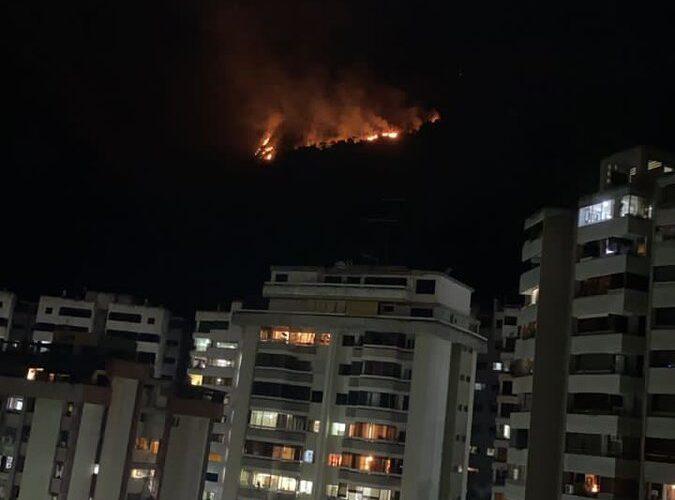 Persiste incendio en el Ávila causado por explosión eléctrica