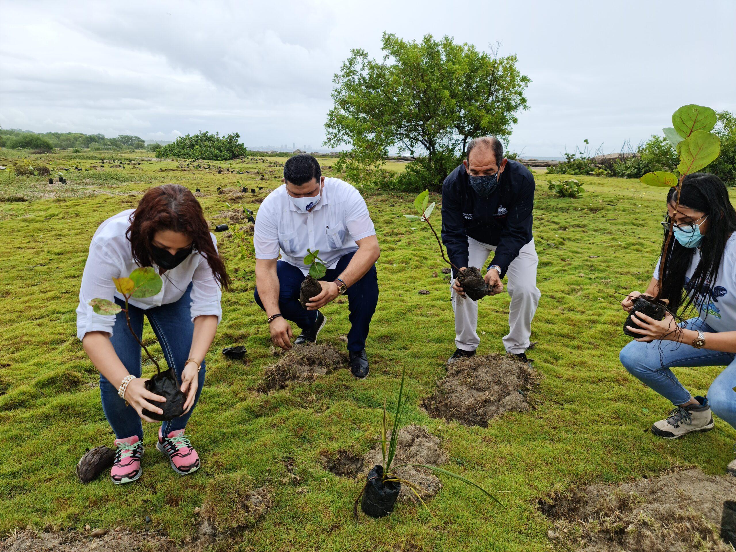 Franklin Soriano, coordinador de plan social de Refidomsa, junto a funcionarios de Medio Ambiente