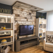 Salon avec mur de bois de grange à la chaux