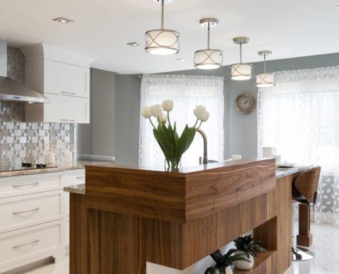 Superbe cuisine en noyer, cabinets de MDF protégés par un laque avec 20% de lustre. Grand comptoir de granite et dosseret en mosaïque. Plancher de céramique polie.