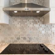 comptoir de granite et dosseret en mosaïque