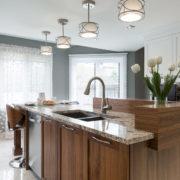 Superbe cuisine en noyer, comptoir de granite et dosseret en mosaïque.