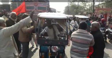 ट्रेड यूनियन बिहार बंद के दौरान बंद समर्थकों ने ई-रिक्शा पर बरसाई लाठियां, मोटरसाइकिल सवार से भी हुई झड़प समस्तीपुर Town
